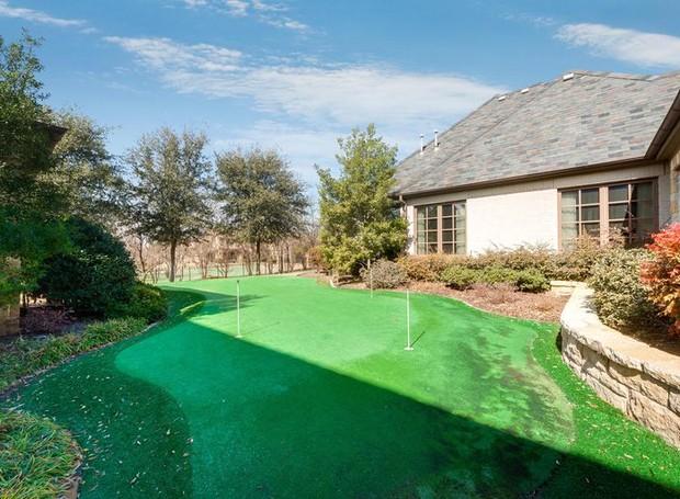 Na área externa, um campo de golfe completa a área de lazer (Foto: Christie's International Real Estate/ Reprodução)