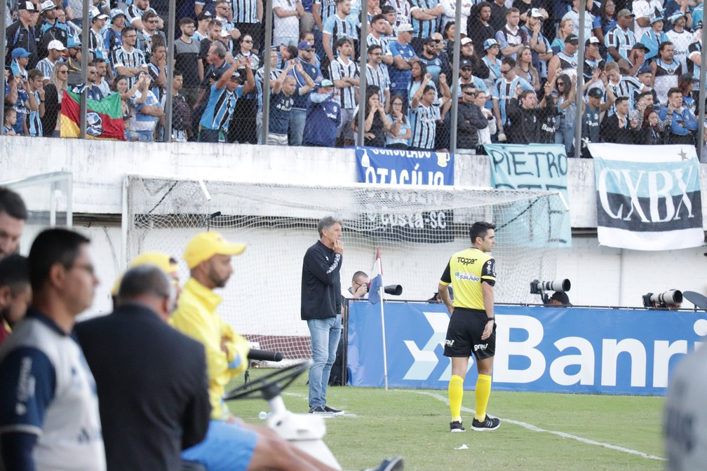 Renato Gaúcho tentou, mas time não foi bem  — Foto: Lucas Bubols/GloboEsporte.com