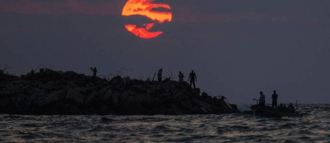 Pôr do sol em Gaza (Foto: Mahmud Hams / AFP)