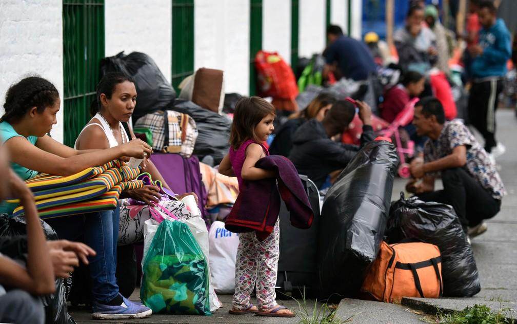 Famílias de imigrantes venezuelanos são vistas em um acampamento improvisado ao longo do rio Cali, no norte de Cali, na Colômbia, em 31 de julho  — Foto: Christian Escobar Mora/AFP