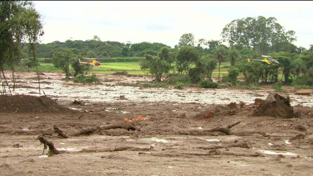 Helicópteros sobrevoam área destruída pela lama em Brumadinho (MG) a procura de vítimas — Foto: Reprodução/TV Globo