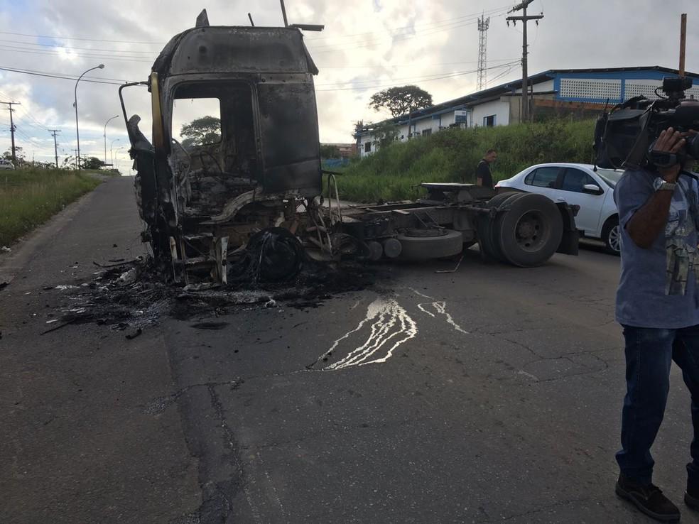 Veículo queimado na estrada que dá acesso a Simões Filho (Foto: Anna Valéria/TV Bahia)