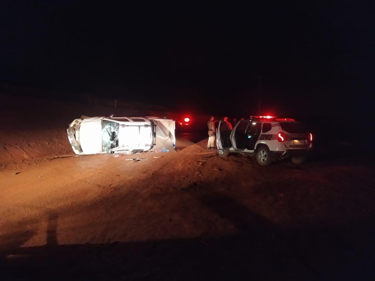 Suspeito de roubar carro de policial em SC morre após veículo capotar; viatura da PM também se acidentou durante perseguição