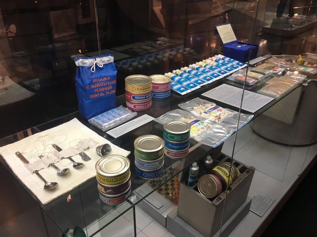 Comidas e objetos utilizados pelos cosmonautas (Foto: G1/ Adriane Schultz)