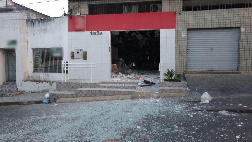 Estabelecimento ficou destruído após a ação dos bandidos em um posto de atendimento de Caruaru (Foto: Anderson Melo/TV Asa Branca)