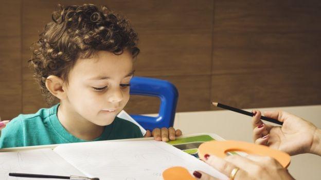 Para diretor da OCDE, Brasil deveria focar em investir no ensino fundamental, em vez de gastar três vezes mais com alunos universitários (Foto: GISELLEFLISSAK/GETTY IMAGES via BBC News Brasil)