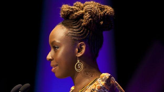 """A palestra """"Sejamos Todos Feministas"""", da escritora Chimamanda Ngozi Adichie, teve mais de 6 milhões de visualizações no YouTube (Foto: Getty Images via BBC News Brasil)"""