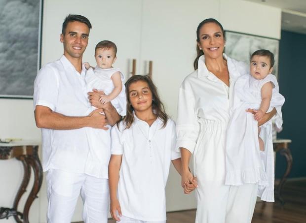 Ivete, com os filhos, Marcelo, Helena e Marina, e com o marido, Daniel Cady (Foto: Reprodução/Instagram)