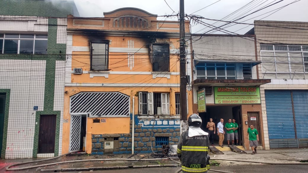 Incêndio atinge imóvel e mobiliza Corpo de Bombeiros em Santos - Notícias - Plantão Diário
