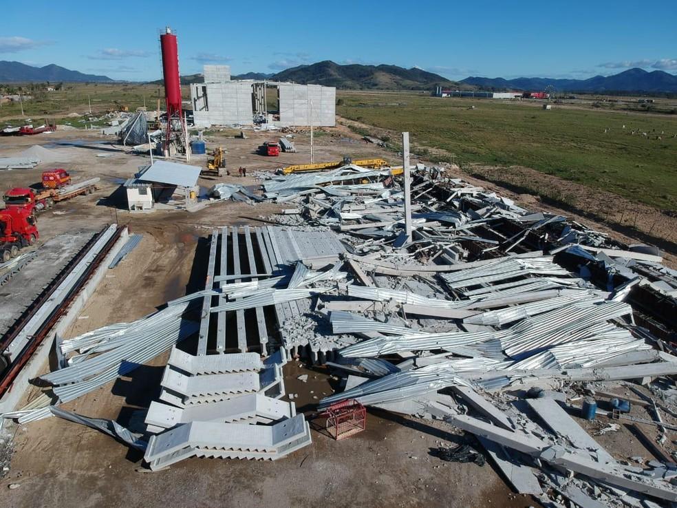 Estrutura de empresa desabou em Tijucas com passagem de ciclone e três trabalhadores morreram — Foto: Prefeitura de Tijucas/Divulgação