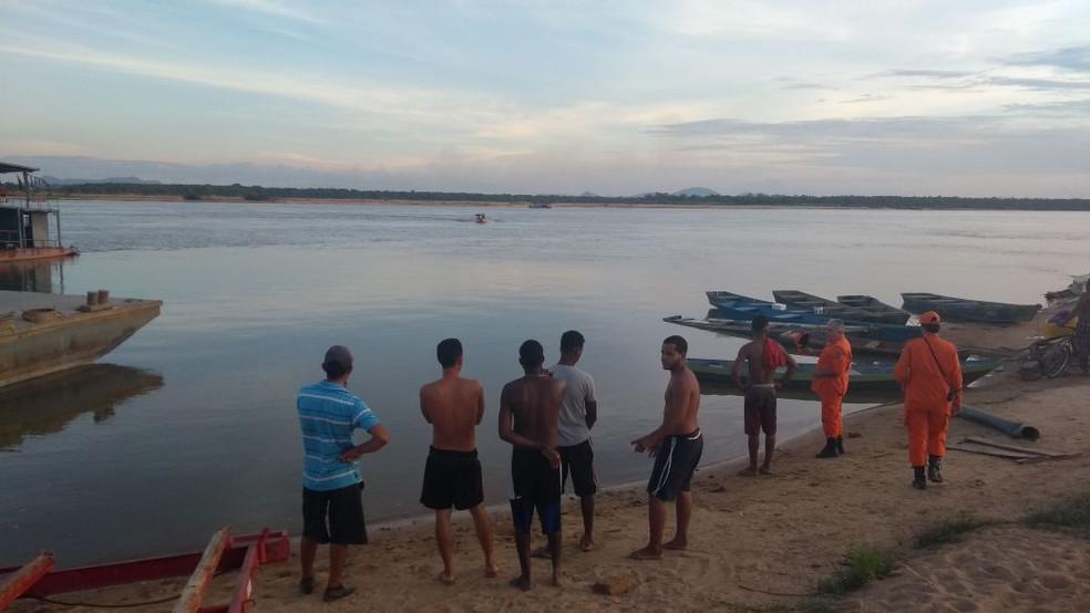 Bombeiros foram acionados por volta das 16h deste domingo (10) no Rio Branco, em Boa Vista (Foto: Jackson Félix/G1 RR)