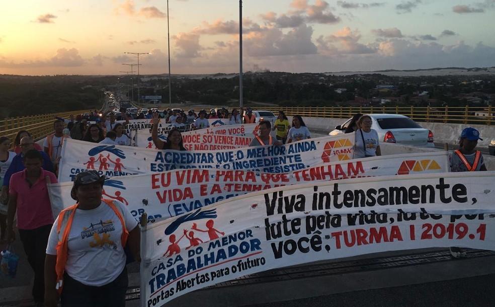 Voluntários fizeram manifestação na Ponte Newton Navarro — Foto: Heloísa Guimarães/Inter TV Cabugi