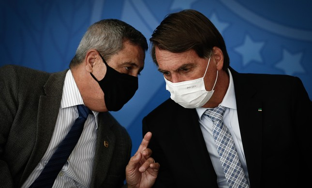 O ministro Braga Netto e o presidente Jair Bolsonaro em solenidade no Planalto