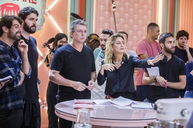 Boninho e Amora Mautner nos bastidores de 'A dona do pedaço' (Foto: Victor Pollak/TV Globo)