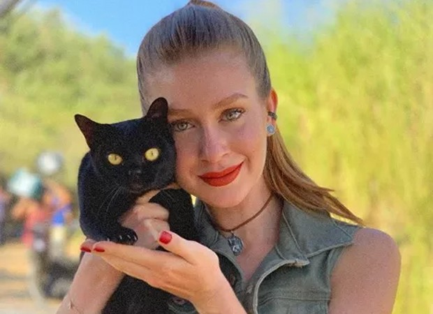 Marina Ruy Brbosa e Lucky, um dos quatro intérpretes do gato Léon de O Sétimo Guardião (Foto: Reprodução/Instagram)