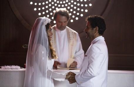 Na segunda-feira (20), Maria da Paz (Juliana Paes) e Amadeu (Marcos Palmeira) irão se conhecer e ficarão noivos, apesar de suas família serem rivais. Mas ele levará um tiro no altar TV Globo