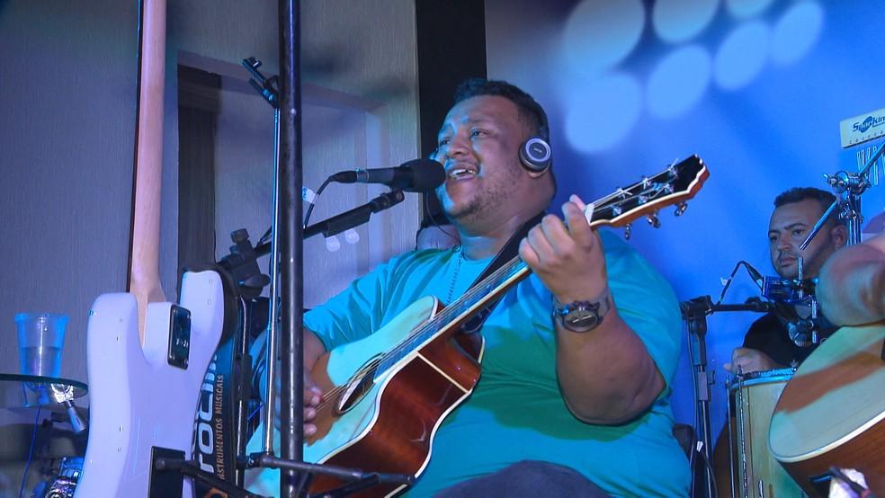 O cantor Gegê Bismarck é uma das atrações do Caminhos do Frio em Serraria — Foto: Reprodução/TV Paraíba