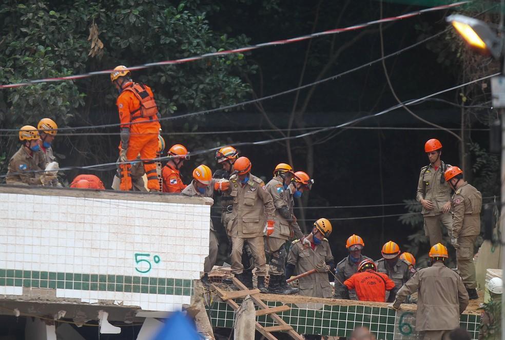 Bombeiros trabalham neste domingo (14) em busca de sobreviventes na Muzema, onde dois prédios desabaram — Foto: Wilton Junior/Estadão Conteúdo