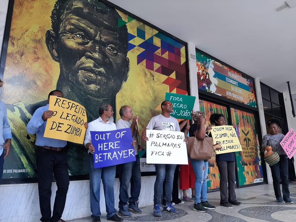 Com cartazes, grupo protesta em Brasília contra posse de novo presidente da Fundação Cultural Palmares — Foto: Carolina Cruz/G1