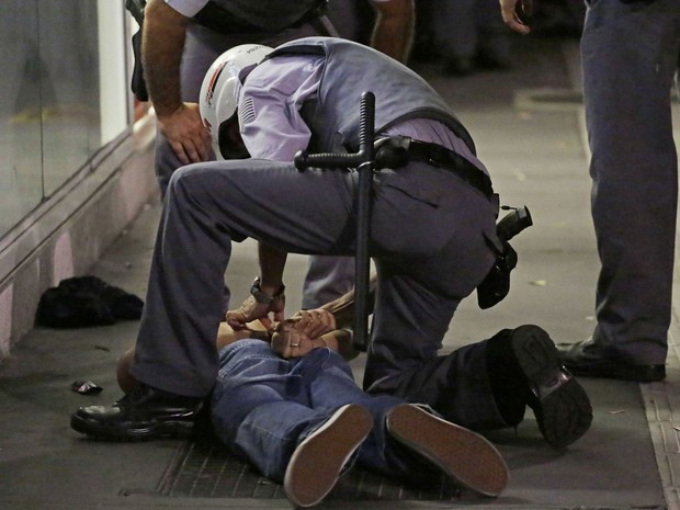 Manifestante é detido por PM em protesto na Avenida Paulista (Foto: Nelson Antoine/Fotoarena/Folhapress)