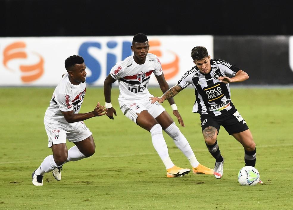 Bruno Nazário não conseguiu se firmar como armador do Botafogo — Foto: André Durão/ge