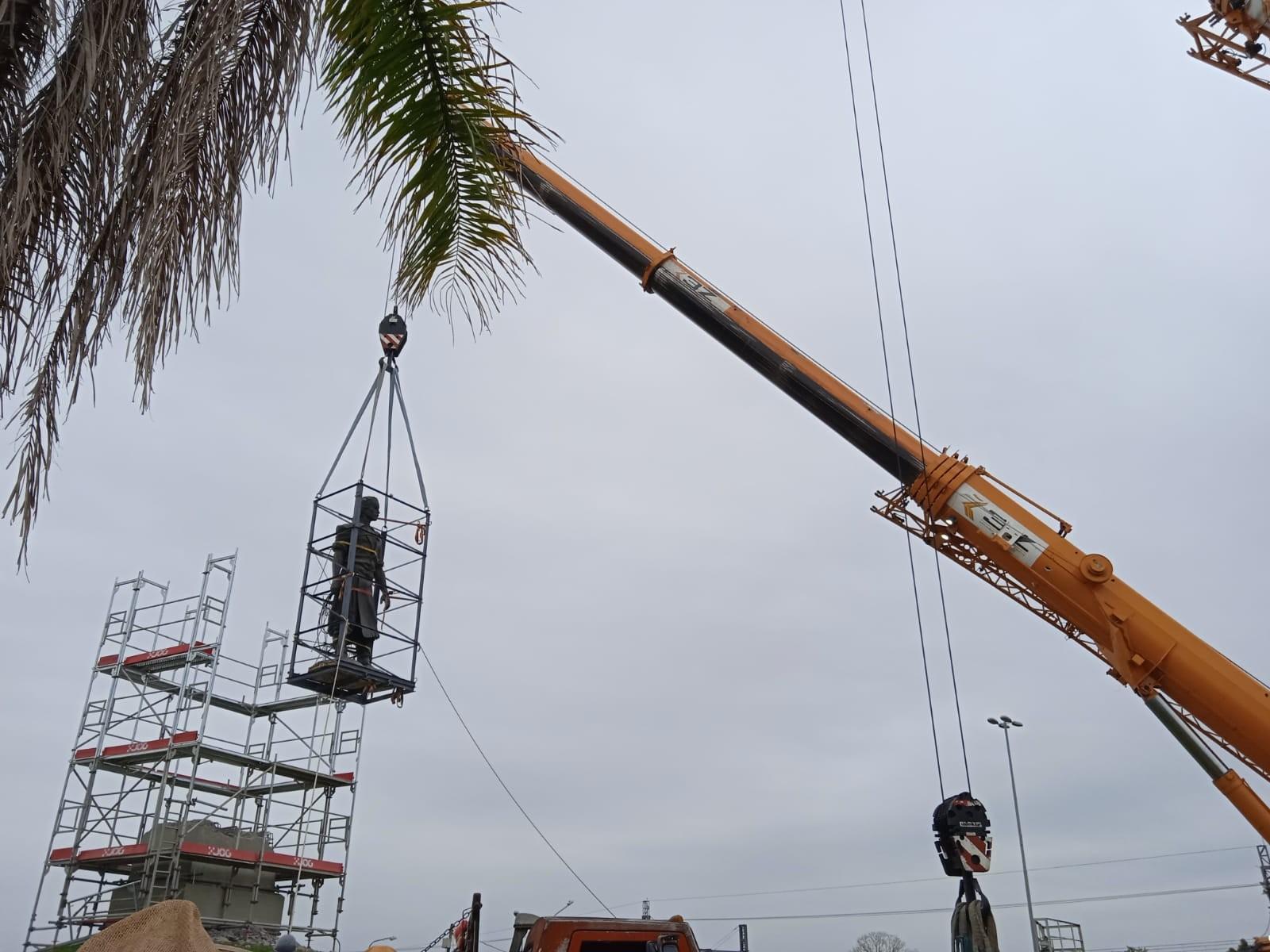 Estátua do Laçador é removida e levada para restauração em Porto Alegre; veja vídeo
