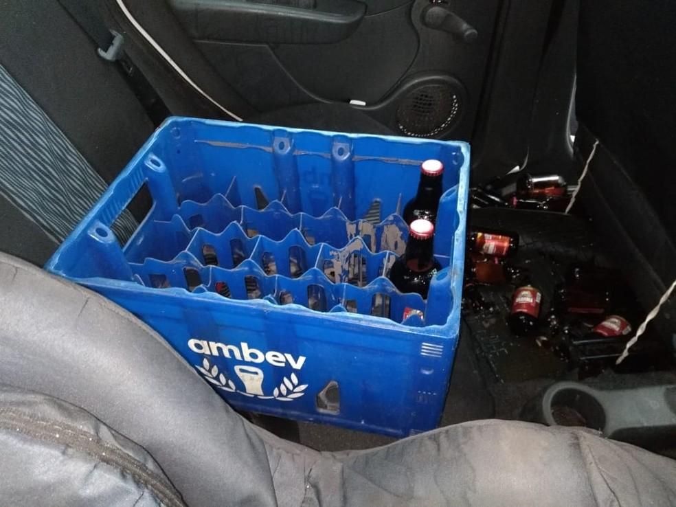 Caixas de cervejas encontradas no carro do motorista preso em Várzea Grande — Foto: Deletran