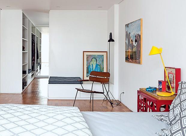 A união de dois quartos deu origem ao amplo cômodo que ganhou closet desenhado pelo escritório de arquitetura AMZ Arquitetos e executado pela Marcenaria Woodtech (Foto: Maira Acayaba/Editora Globo)