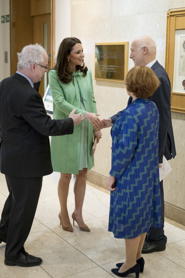 LONDON, ENGLAND - MARCH 21: Catherine, Duchess of Cambridge is met by Sir Simon Charles Wessely, President of the Royal Society of Medicine, Peter Fonagy, Chief Executive at The Anna Freud Centreand Lorraine Heggessey of the Royal Foundation, while atten (Foto: Getty Images)