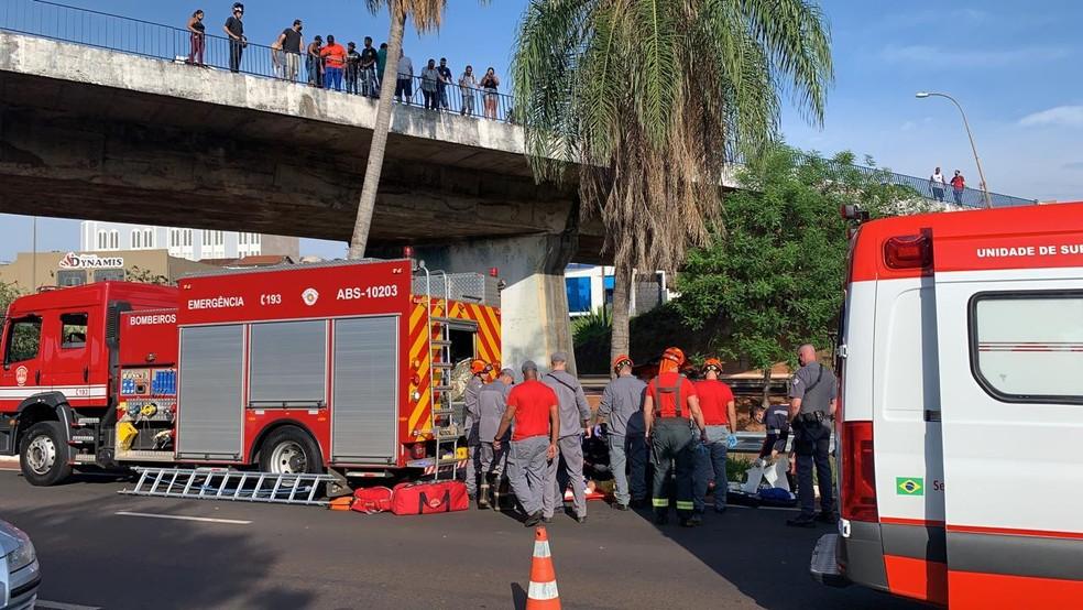 Homem foi resgatado ainda com vida, porém com ferimentos graves em Bauru — Foto: Alisson Negrini / TV TEM