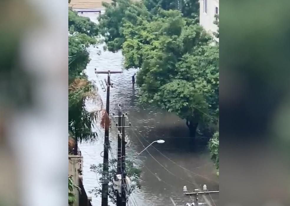 Caio Vasconcelos foi uma das várias vias alagadas com a chuva forte em Fortaleza — Foto: Reprodução