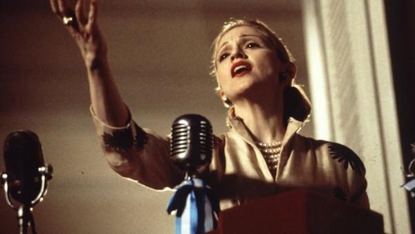 A cantora Madonna em cena de Evita (1996) (Foto: Reprodução)