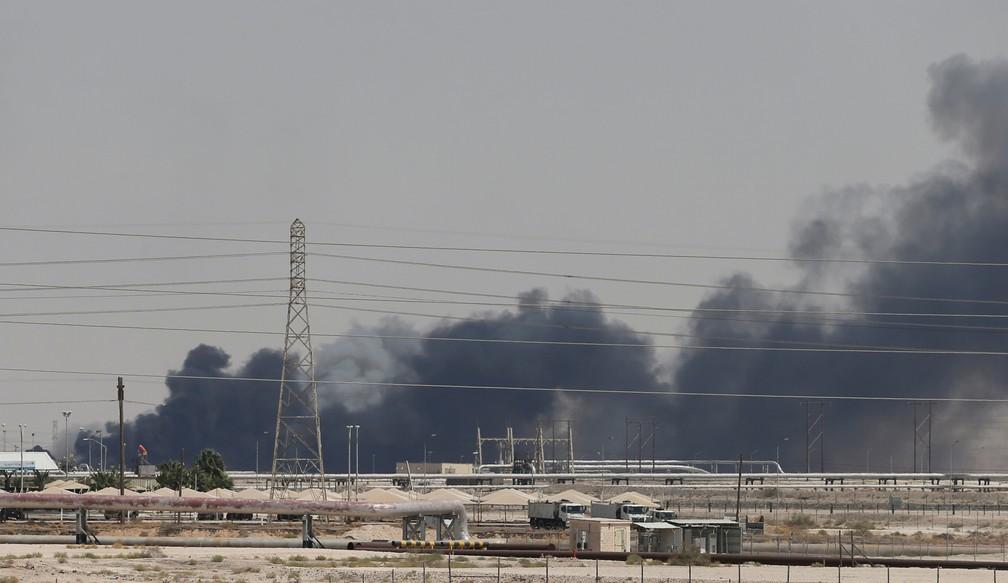 Fumaça é vista após um incêndio nas instalações da Aramco em Abqaiq, na Arábia Saudita, neste sábado (14) — Foto: Reuters