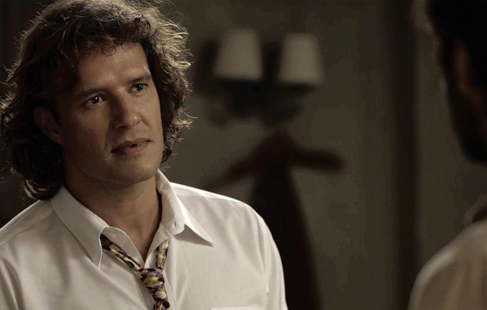 Edmundo fica chocado com revelação de Ernesto (Foto: TV Globo)
