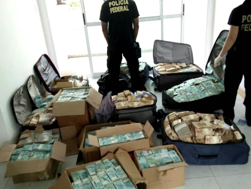 Malas e caixas de dinheiro encontradas pela PF em Salvador  (Foto: Reprodução/GloboNews)