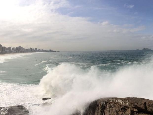 Ondas fortes na Praia do Leblon, na Zona Sul do Rio. Centro de Hidrografia da Marinha prevê ondas de até 3.5 metros neste fim de semana (Foto: Gabriel Barreira / G1)