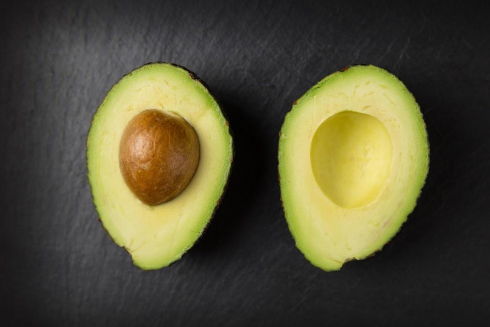 Invista também no consumo de gorduras vegetais, como do abacate, castanhas e azeites, para ter ingestão calórica de qualidade — Foto: Pexels