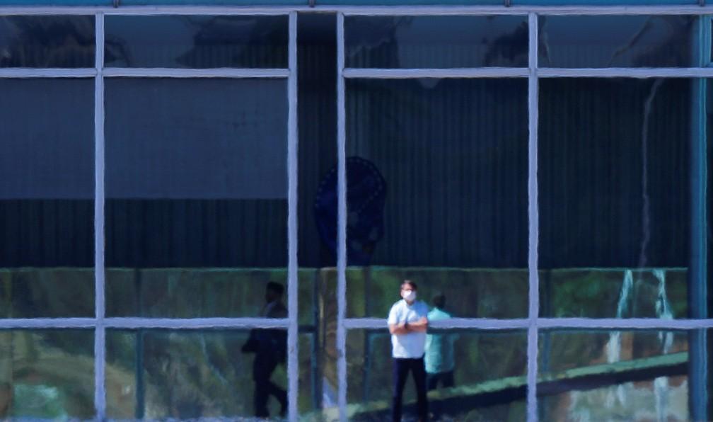 Presidente Jair Bolsonaro é visto de máscara em frente ao Palácio do Alvorada, nesta quarta-feira (8). — Foto: REUTERS/Adriano Machado