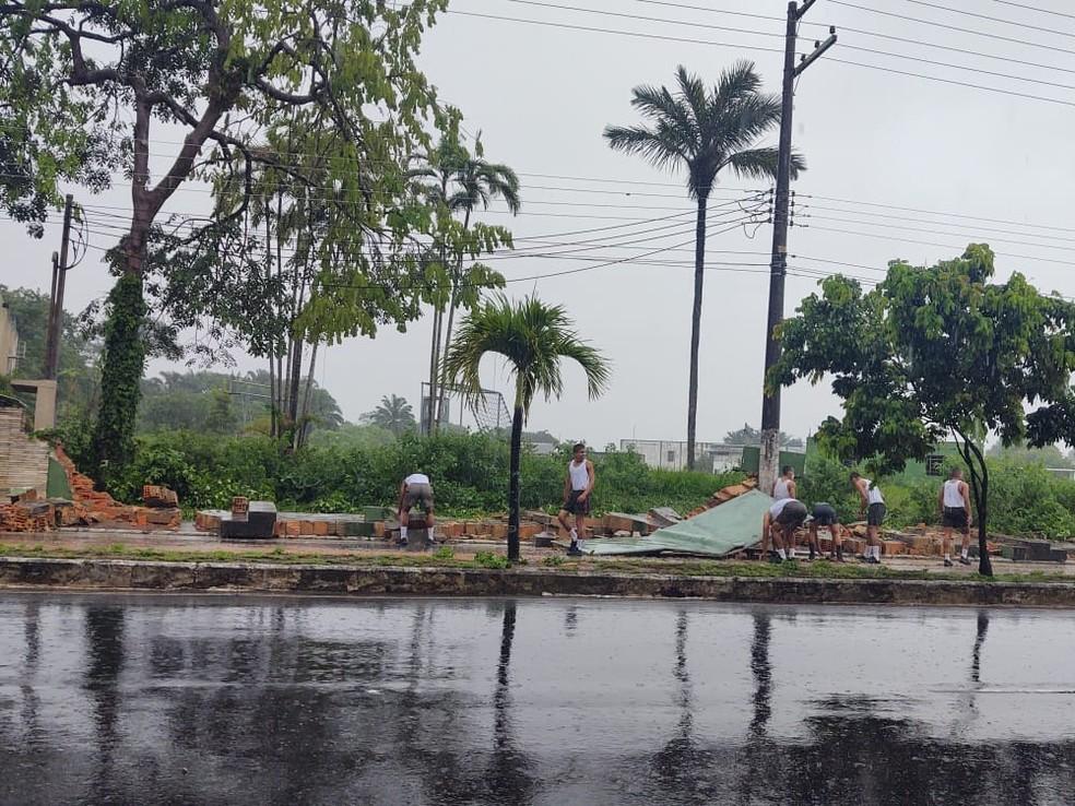 Muro do Batalhão de Infantaria de Selva em Manaus desaba durante chuva — Foto: Eliana Nascimento/G1 AM