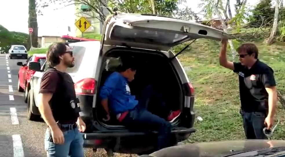 Suspeito preso no caso Vitória Gabrielly foi levado ao IML para colher material biológico (Foto: TV TEM/Reprodução)