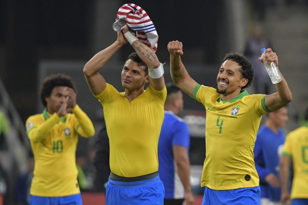 Ao lado de Marquinhos: dupla de zaga aplaude a torcida gaúcha — Foto: Luis Acosta/AFP