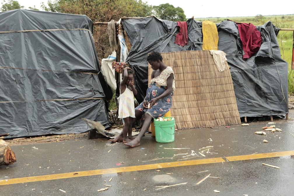 Sobreviventes fazem abrigo ao lado de estrada a 50 km de Beira, em Moçambique, nesta sexta-feira (22) — Foto: Tsvangirayi Mukwazhi/AP