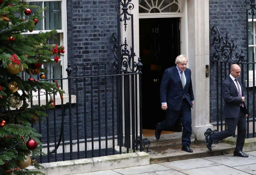 Primeiro-ministro britânico, Boris Johnson, deixa Downing Street a caminho do Palácio de Buckingham nesta sexta-feira (13)  — Foto: Hannah McKay/ Reuters