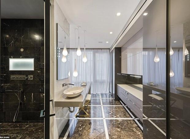 O banheiro da suíte principal tem cara de spa (Foto: Realtor/ Reprodução)