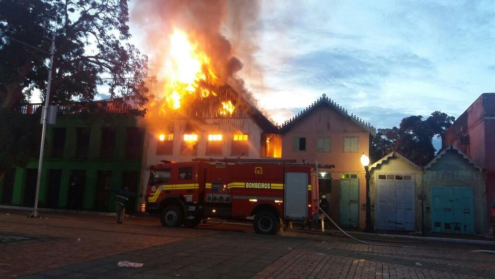 Incêndio destruiu casa no Centro histórico de Rio Branco (Foto: Lidson Almeida/Rede Amazônica Acre)