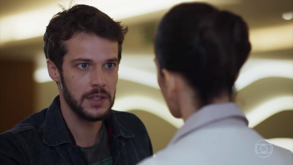 Giovanni (Jayme Matarazzo) deixa a enfermeira acreditar que ele é namorado de Camila (Agatha Moreira) - 'Haja Coração' — Foto: Globo