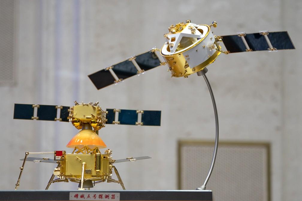 Foto desta quinta-feira (17) mostra modelos da sonda Chang'e 5 e módulo de pouso, em uma exibição para a imprensa em Pequim, na China. — Foto: Mark Schiefelbein/AP