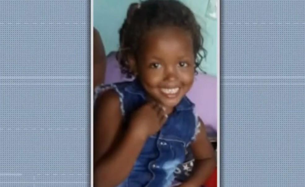 Maikele de Jesus Santos, de 7 anos, foi morta com um tiro no peito na noite de domingo (2), em Itabuna, sul da Bahia. — Foto: Reprodução/TV Santa Cruz
