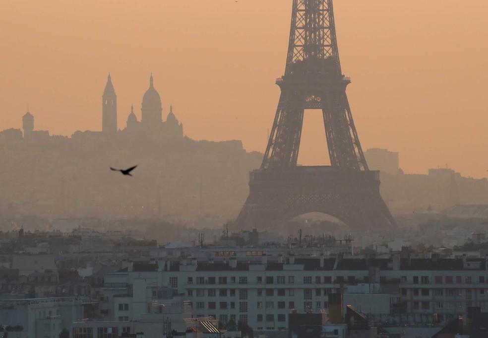 Névoa de poluição cobre Paris em entorno da Torre Eiffel — Foto: Mustafa Yalcin/Anadolu Agency via AFP
