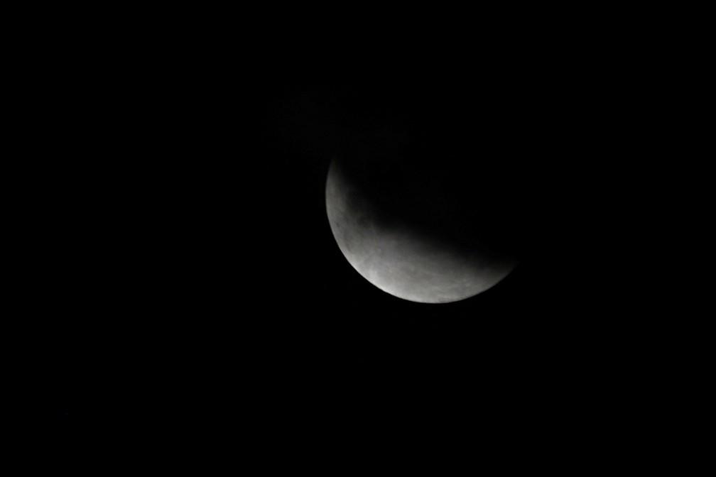 Eclipse lunar parcial visto no céu do Paquistão — Foto: Akhtar Soomro/Reuters